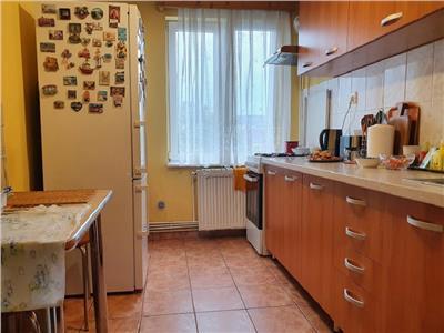 Apartament cu 3 camere in cartierul Tudor zona Dacia etaj 2